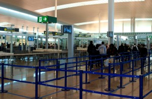 Pasajeros en Terminal 1 del Aeropuerto de Barcelona-El Prat